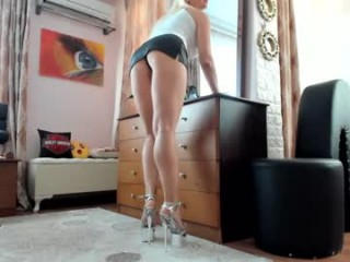 honeycandy777 Skillful whore can work long dicks at the same time.